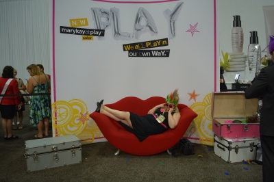 Elizabeth Taylor poses on the Lip Couch at the July Mary Kay Seminar.